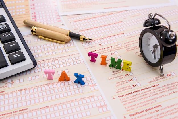 """Tekst """"czas podatkowy"""" na indywidualnym australijskim formularzu podatkowym"""