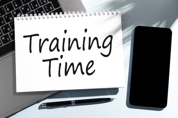 Tekst czas szkolenia na notebooku, laptopie, długopisie, telefonie komórkowym.