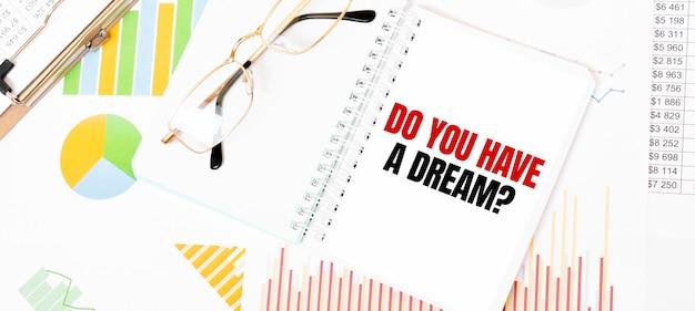 Tekst czy marzysz o białym notatniku, okularach, wykresach i diagramach.