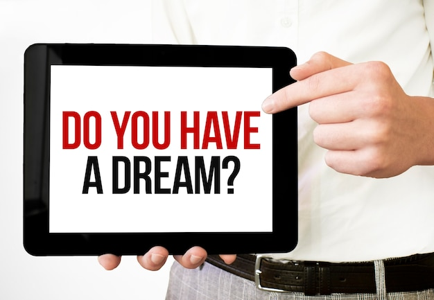 Tekst czy masz sen na wyświetlaczu tabletu w rękach biznesmena na białym tle.