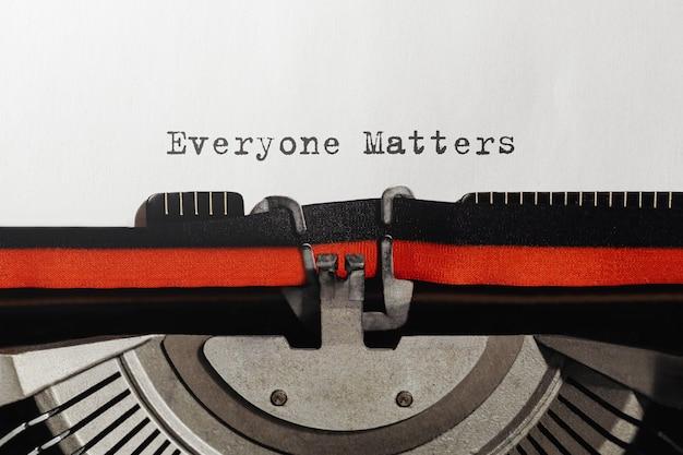 Tekst dla wszystkich ma znaczenie napisany na maszynie do pisania w stylu retro