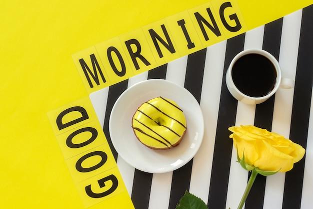 Tekst dzień dobry, kawa, notatnik na tekst na żółtym tle