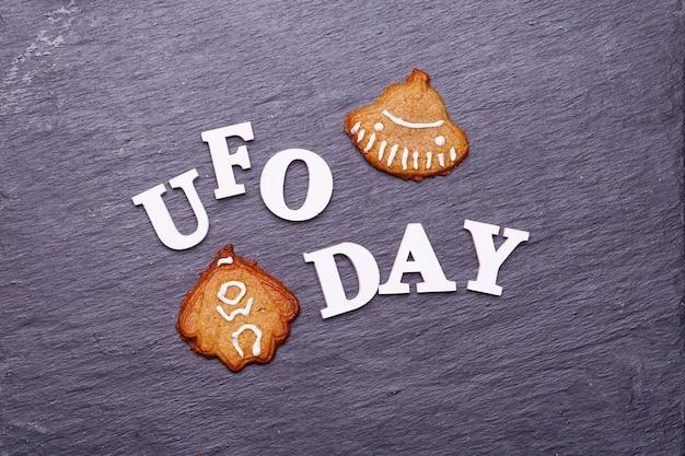 Tekst dzień ufo i ciasteczka w postaci latającego spodka i kosmity. koncepcja dnia ufo