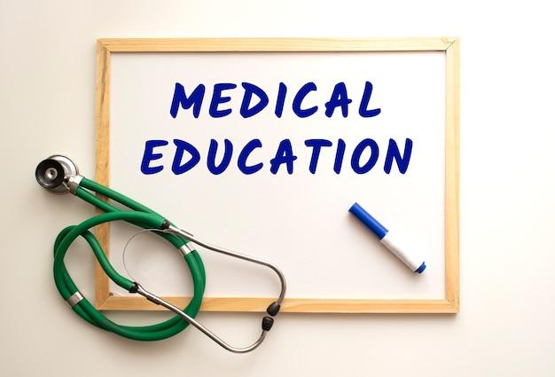 Tekst edukacja medyczna jest napisany markerem na białej tablicy biurowej