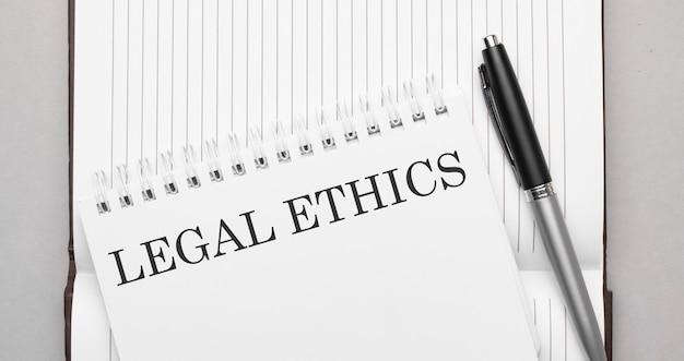 Tekst etyki prawnej słów na notatniku i długopisie