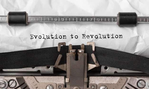 Tekst evolution to revolution wpisany na maszynie do pisania w stylu retro