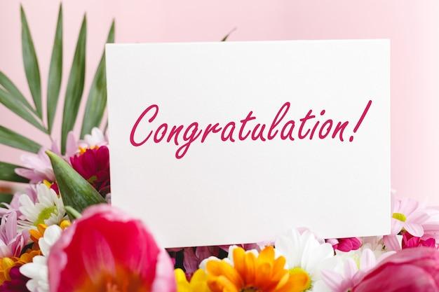 Tekst gratulacyjny na karcie podarunkowej w bukiecie kwiatów