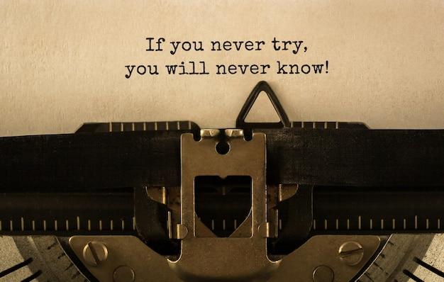Tekst jeśli nigdy nie spróbujesz, nigdy nie dowiesz się, że został napisany na maszynie do pisania w stylu retro