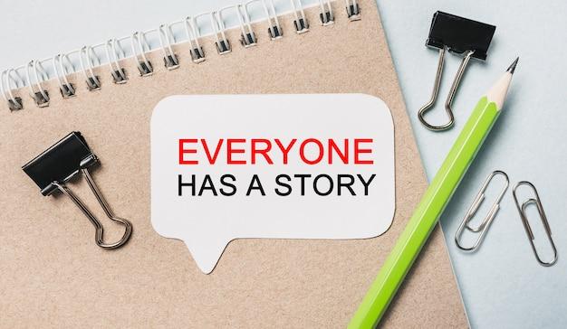 Tekst każdy ma historię na białej naklejce z tłem biurowym. mieszkanie leżało na koncepcji biznesu, finansów i rozwoju