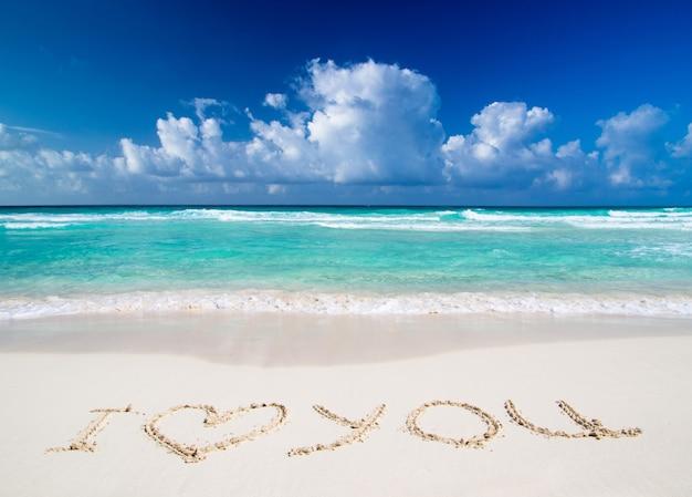 "Tekst ""kocham cię"" tekst napisany w piasku na plaży"