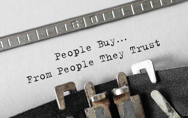 Tekst, który ludzie kupują od osób, którym ufają, napisany na maszynie do pisania w stylu retro