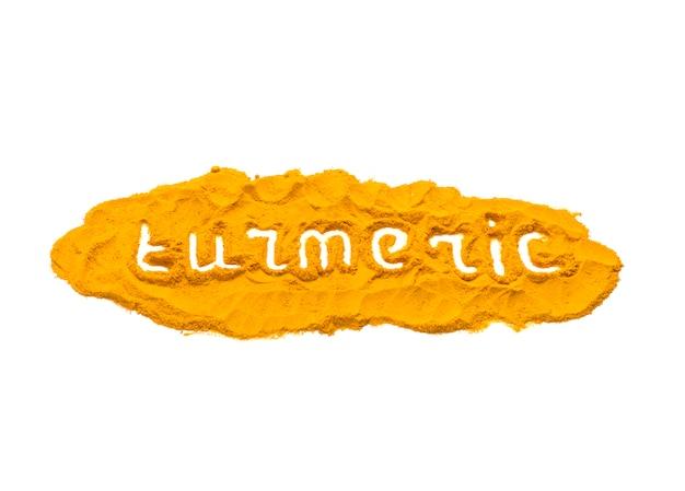 Tekst kurkumy na suszonej kurkumie, kurkumie, żółtym proszku imbirowym na białym tle