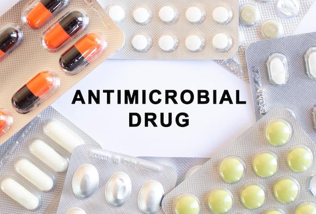 Tekst lek przeciwbakteryjny na białym tle