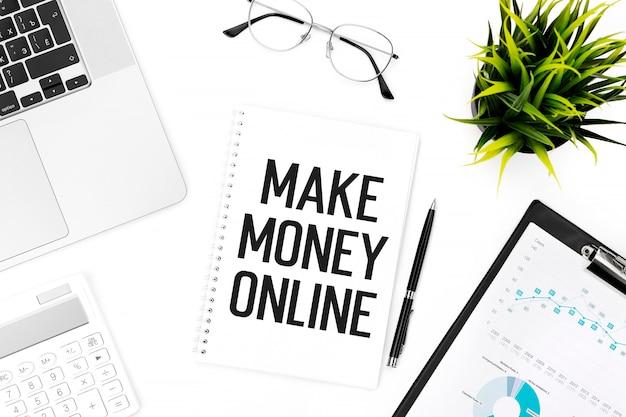 Tekst make maney online na notebooku, kalkulatorze, laptopie. pomysł na biznes. leżał płasko.