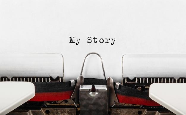 Tekst my story wpisany na maszynie do pisania w stylu retro