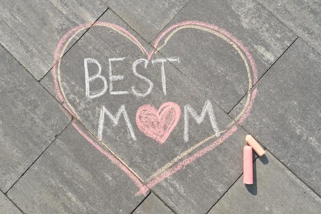 Tekst najlepsza mama napisana na szarym chodniku w kredkach, dzień matki
