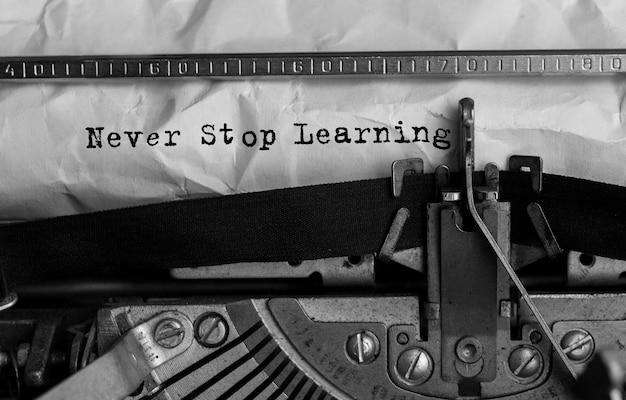 Tekst never stop learning wpisany na maszynie do pisania retro