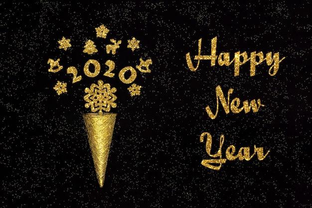 Tekst nowego roku. złoty rożek waflowy z figurkami 2020 i dekoracjami świątecznymi