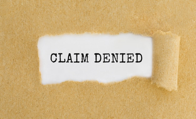 Tekst odrzucony, który pojawia się za podartym brązowym papierem