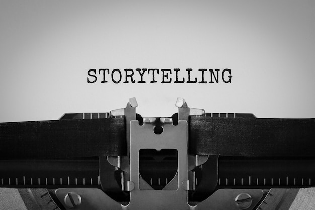 Tekst opowiadania napisany na maszynie do pisania w stylu retro
