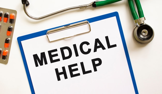 Tekst pomoc medyczna w folderze ze stetoskopem