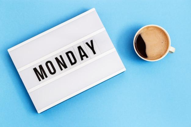 Tekst poniedziałek na lightbox ana filiżanka czarnej kawy