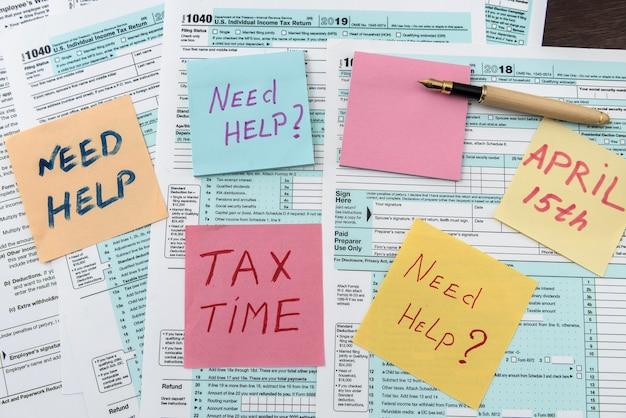 Tekst potrzebuje pomocy lub czasu podatkowego na naklejce leżącej w innej formie podatkowej. papierkowa robota