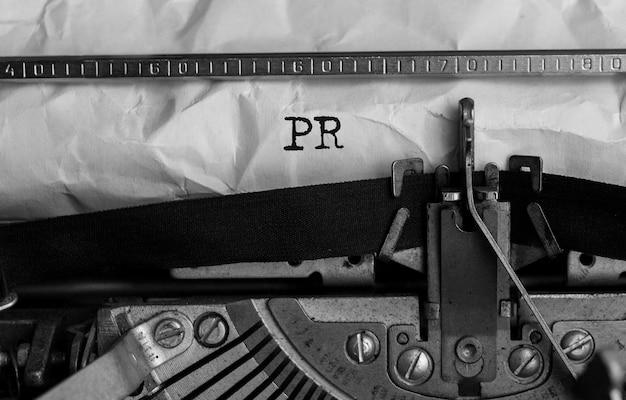 Tekst pr napisany na maszynie do pisania w stylu retro