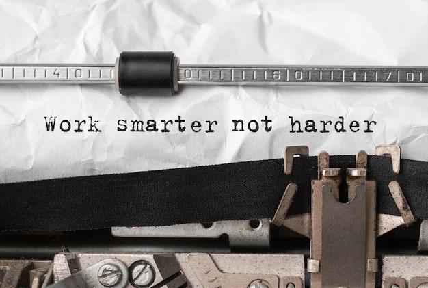 Tekst pracuj mądrzej, a nie ciężej na maszynie do pisania w stylu retro