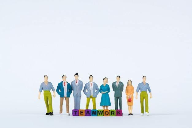 Tekst pracy zespołowej i grupa biznesmen miniaturowy rysunek