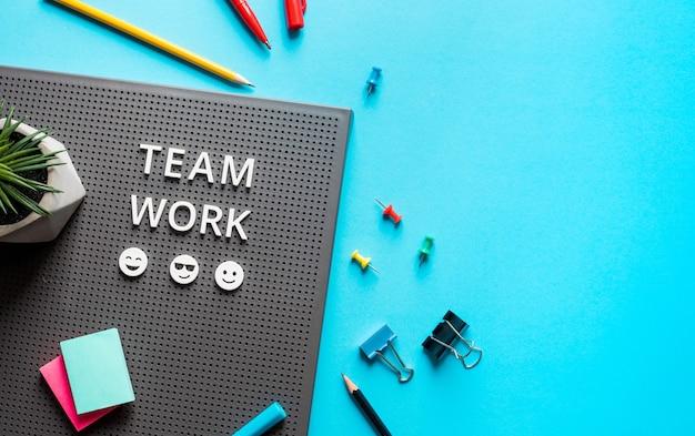 Tekst pracy zespołowej na kolorowym stole roboczym. współpraca biznesowa. praca kierownicza i koncepcje projektów
