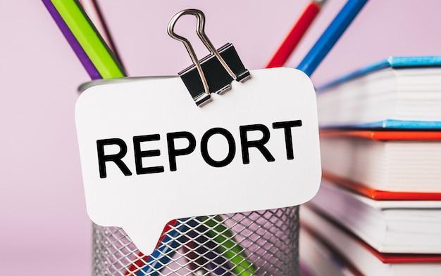 Tekst raport na białej naklejce z tłem biurowym. mieszkanie leżało na koncepcji biznesu, finansów i rozwoju