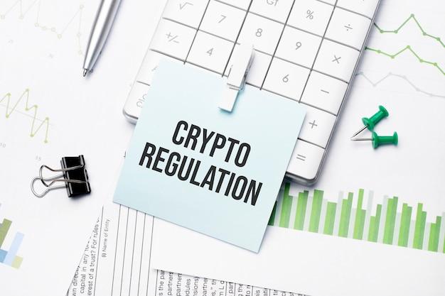 Tekst regulacji kryptograficznej napisane słowa na papierowym notatniku