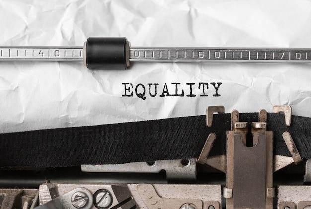Tekst równość wpisany na maszynie do pisania retro