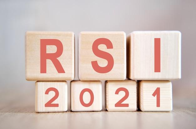 Tekst - rsi 2021 na drewnianych kostkach, na drewnianej powierzchni