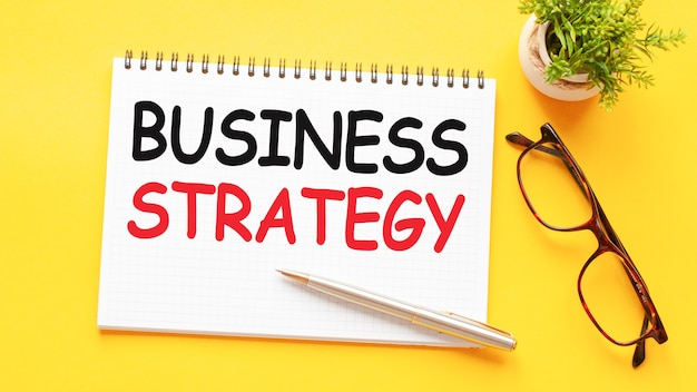 Tekst słowny strategia biznesowa na białej karcie papieru, czarne litery