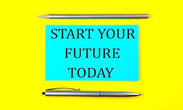 Tekst start your future today na niebieskiej naklejce na żółtym tle