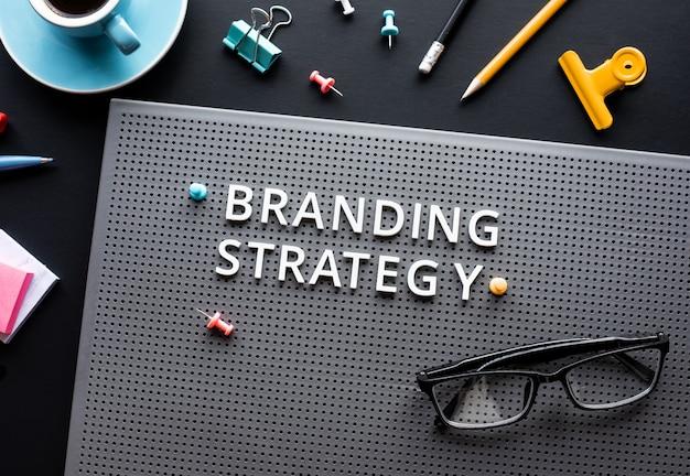 Tekst strategii marki na nowoczesnym biurku. kreatywność biznesowa.