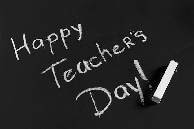 Tekst szczęśliwy dzień nauczycieli napisane na tablicy