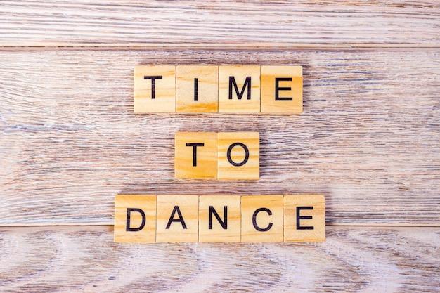 """Tekst """"time to dance"""" na drewnianych kostkach"""