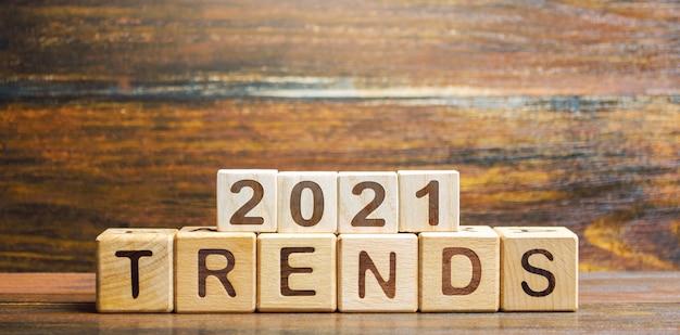 Tekst trendów 2021 w drewnianych klockach.