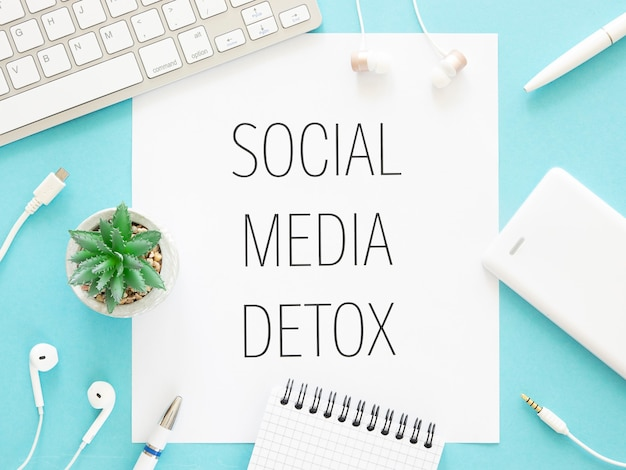 Tekst w mediach społecznościowych o detoksykacji w ramkach z gadżetami