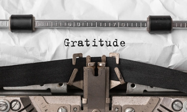 Tekst wdzięczności wpisany na maszynie do pisania retro