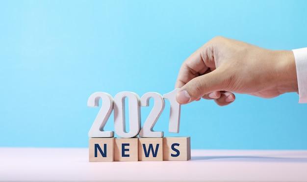 Tekst wiadomości 2021 na drewnianym pudełku