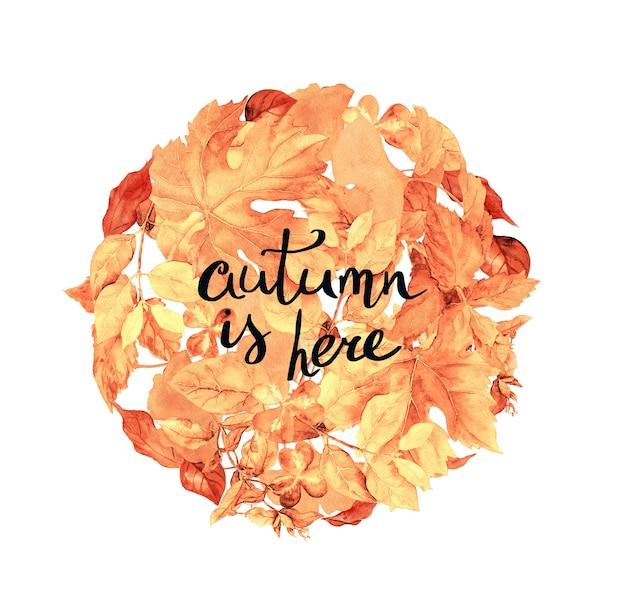 Tekst wiadomości jesień jest tutaj na pastelowo żółtym tle z abstrakcyjnymi jesiennymi liśćmi. kompozycja koła. akwarela
