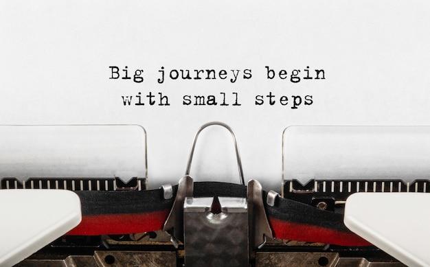 Tekst wielkie podróże zaczynają się od małych kroków wpisywanych na maszynie do pisania w stylu retro