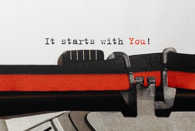 Tekst zaczyna się od wpisanego na maszynie do pisania w stylu retro