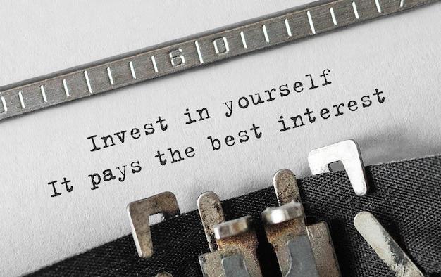 Tekst zainwestuj w siebie, opłaca się najlepiej wpisany na maszynie do pisania retro