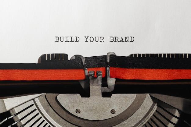 Tekst zbuduj swoją markę wpisany na retro maszynie do pisania
