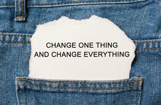 Tekst zmień jedną rzecz i zmień wszystko na rozdartej powierzchni papieru